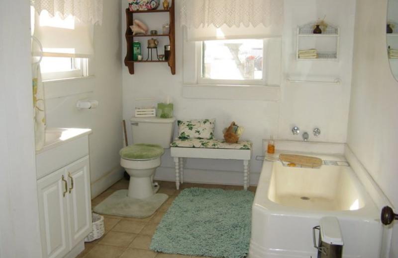 Cottage bathroom at Calf Creek Ranch.