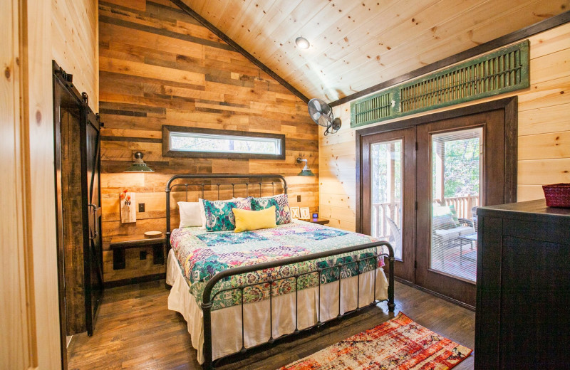 Cabin bedroom at Blue Beaver Luxury Cabins.