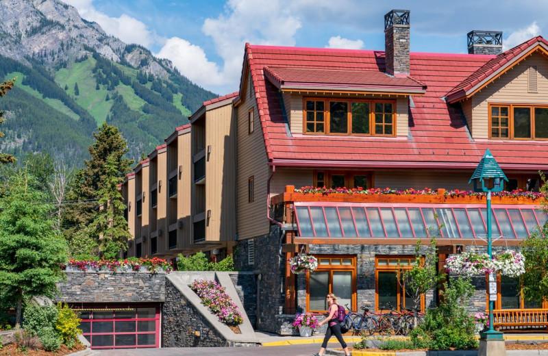 Exterior view of Banff Ptarmigan Inn.