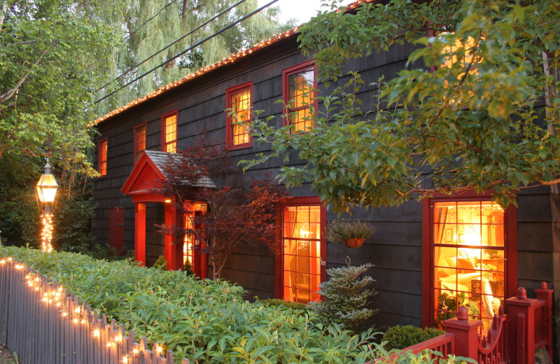 Exterior view of 1795 Acorn Inn Bed and Breakfast.