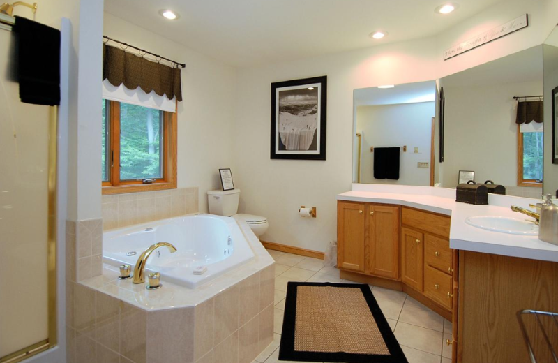 Vacation rental bathroom at Old Timberline Community.