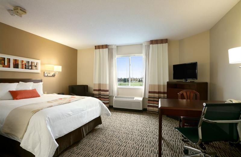 Guest room at Hawthorn Suites by Wyndham Detroit Auburn Hills.