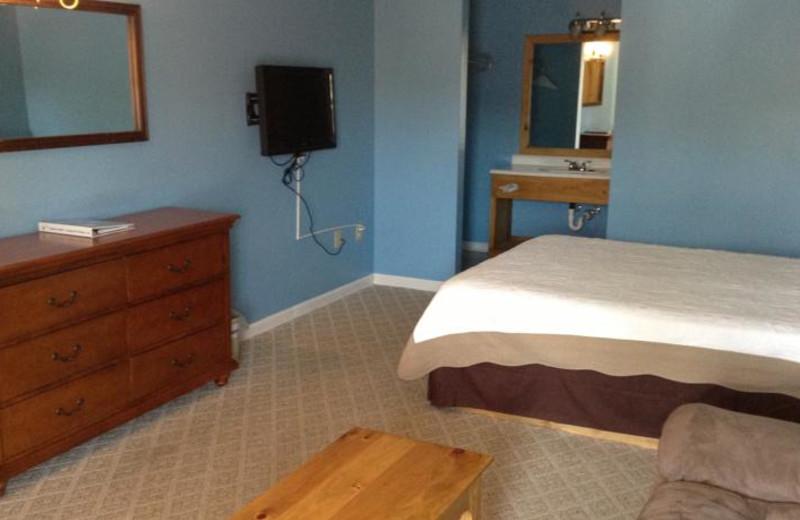 Single queen room at The Heidi Motel.