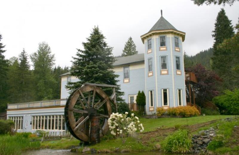Exterior view of Alexander's Country Inn & Restaurant.