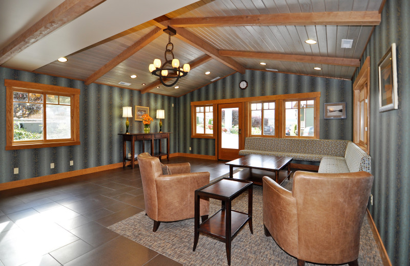 Lounge area at Lakeside Lodge & Suites.