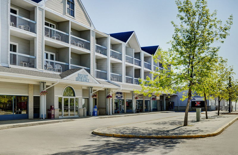 Exterior view of Lakeview Resort Gimli.