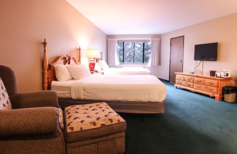 Guest bedroom at Ruttger's Bay Lake Lodge.