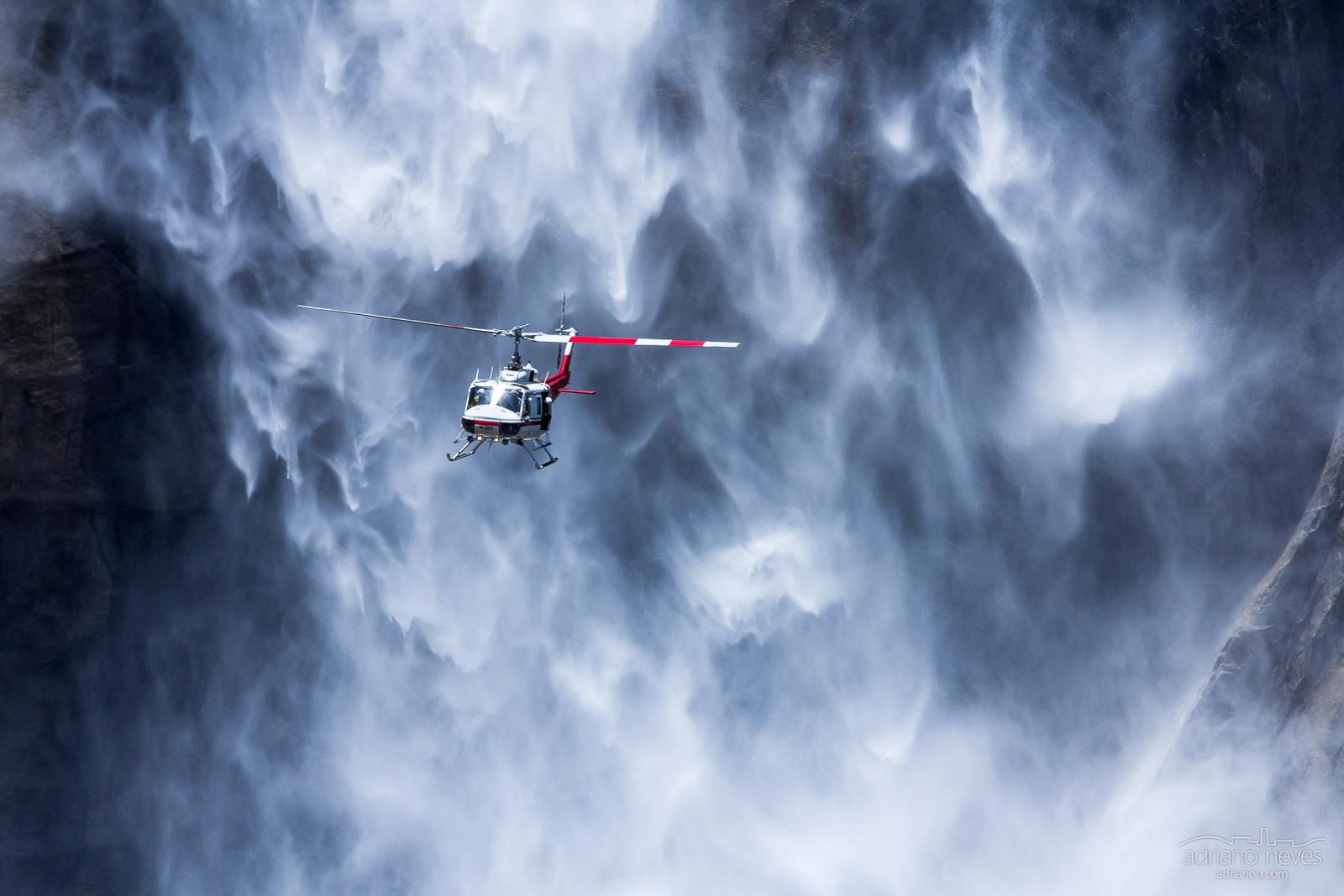 Helicóptero em frente a queda de água, no parque Yosemite, Califórnia, Estados Unidos - © Adriano Neves
