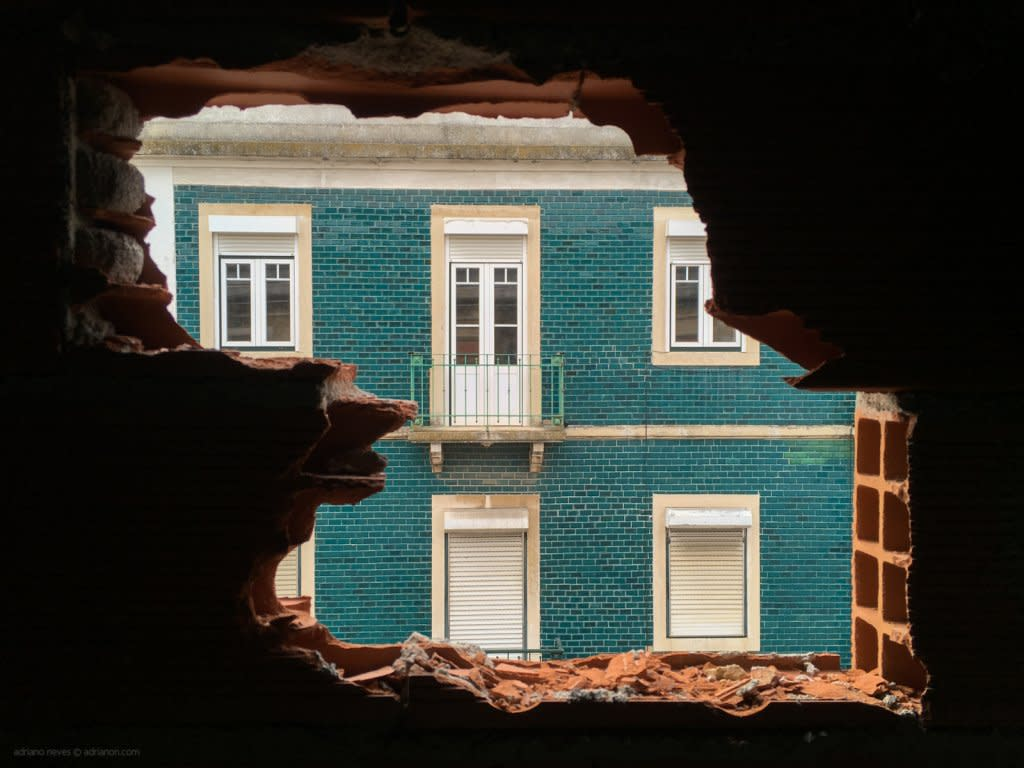 A traditional Lisbon building is seen from inside a construction site. © Adriano Neves - adrianon.com - @acseven