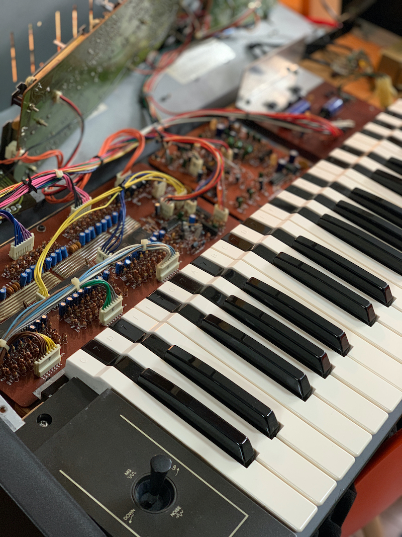 keyboard synth with exposed circuits