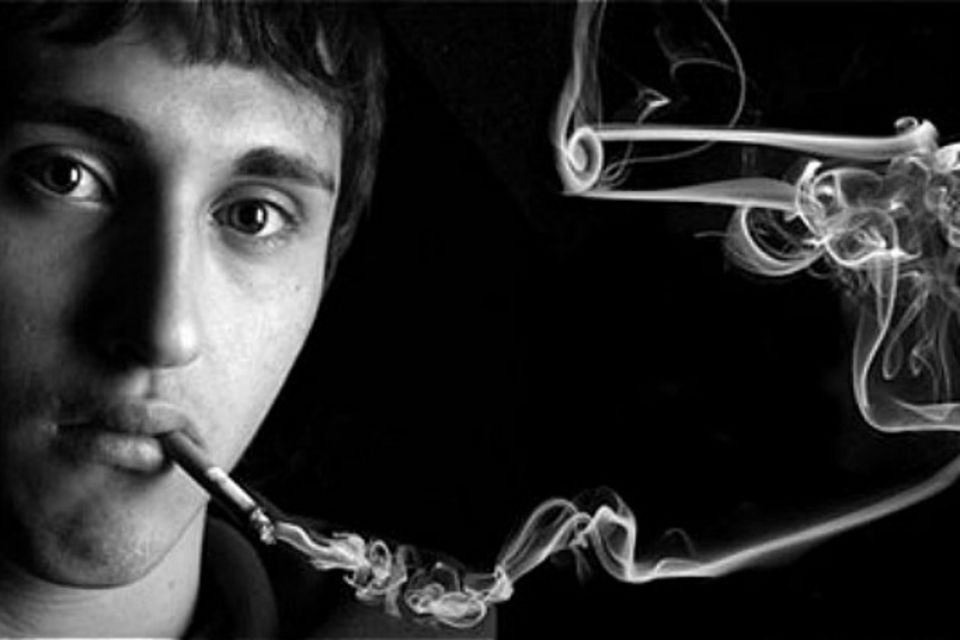 inspiracao-para-fumar-de-onde-vem-cigarro-adolescente-fumando_hOwhLPtQxdbVs2iIeJbmNrOBA7q6pCji