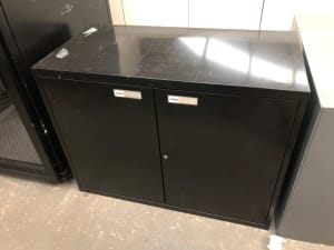 Metal storage cabinet with shelf