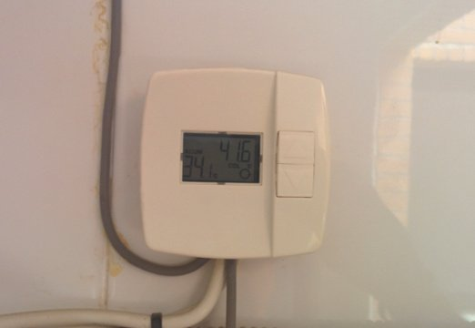 The temperature controller that compares temperatures and switches the flow.<br />Now, the water from the roof (41.6 ºC) is hotter than the water in the heater (34.1 ºC).