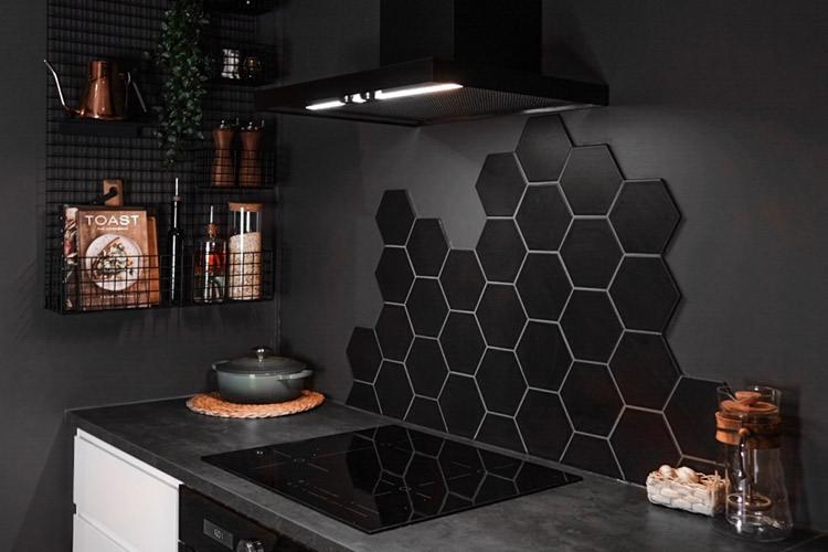 Sorte hexagon fliser på kjøkenveggen