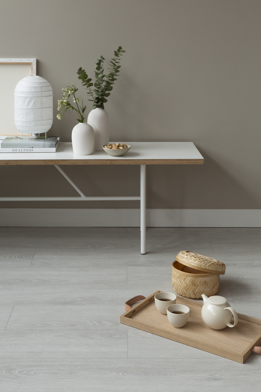 Før monteringen av vinylgulv må gulvet ligge til temperering i rommets temperatur