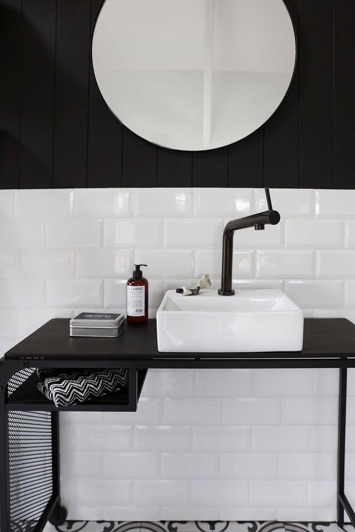 kjøkkenvask i vit med sort servantkran