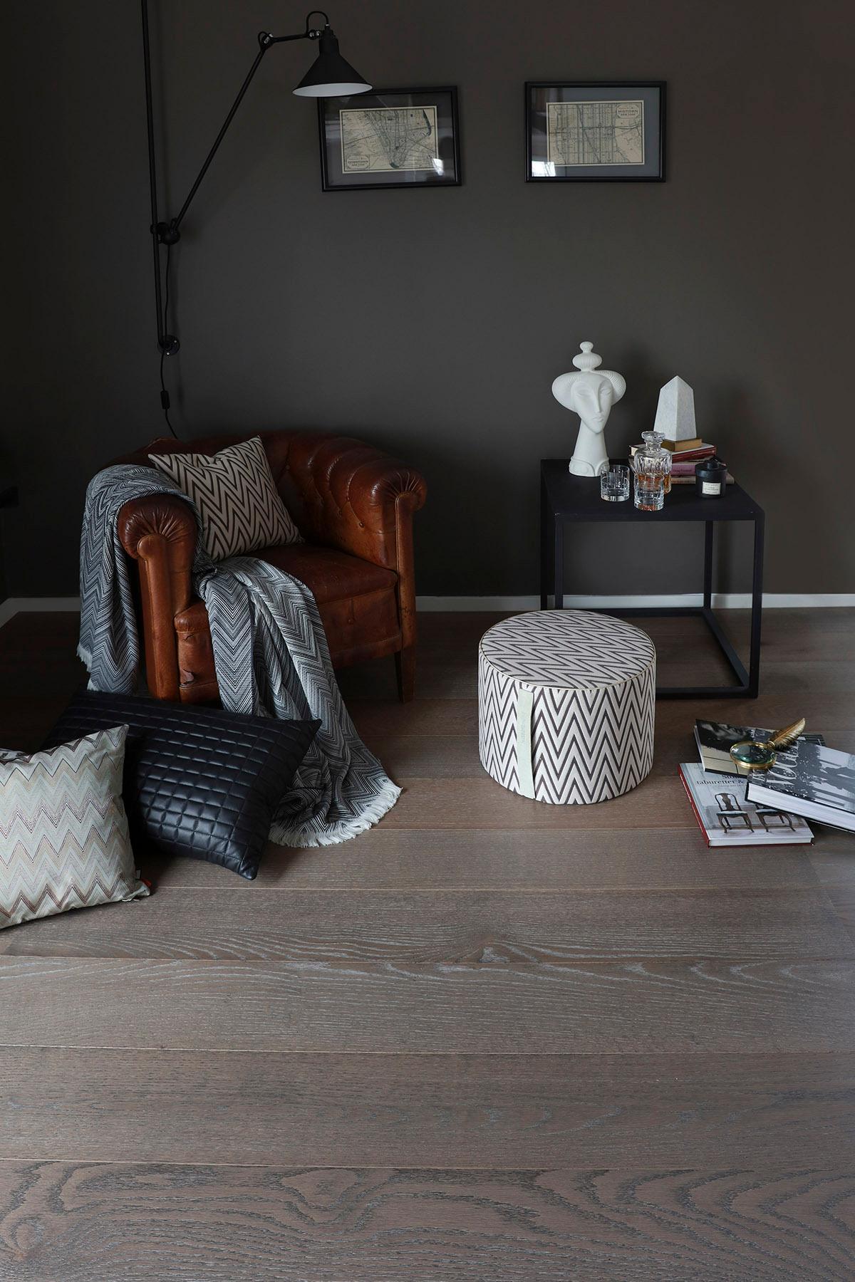 De brede gulvbordene skaper et rolig og eksklusivt preg