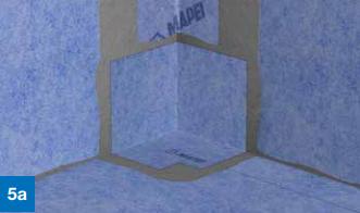 Skjøten mellom gulv og vegglengdene forsegles på samme måte med Mapeguard ST