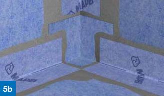 Overflødig Mapeguard WP Adhesive som trenger ut glattes ut over skjøtene