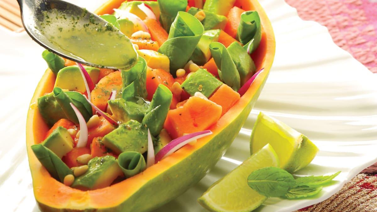 Papajų, špinatų ir avokadų salotos su mėtų ir žaliųjų citrinų padažu