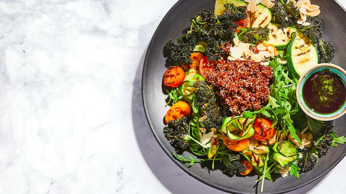 Kvinojas salāti ar kalē un krāsnī ceptu cukīni