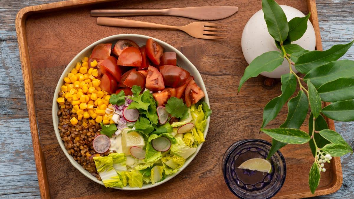 Pomidorų salotos su lęšiais, kukurūzais ir kalendromis