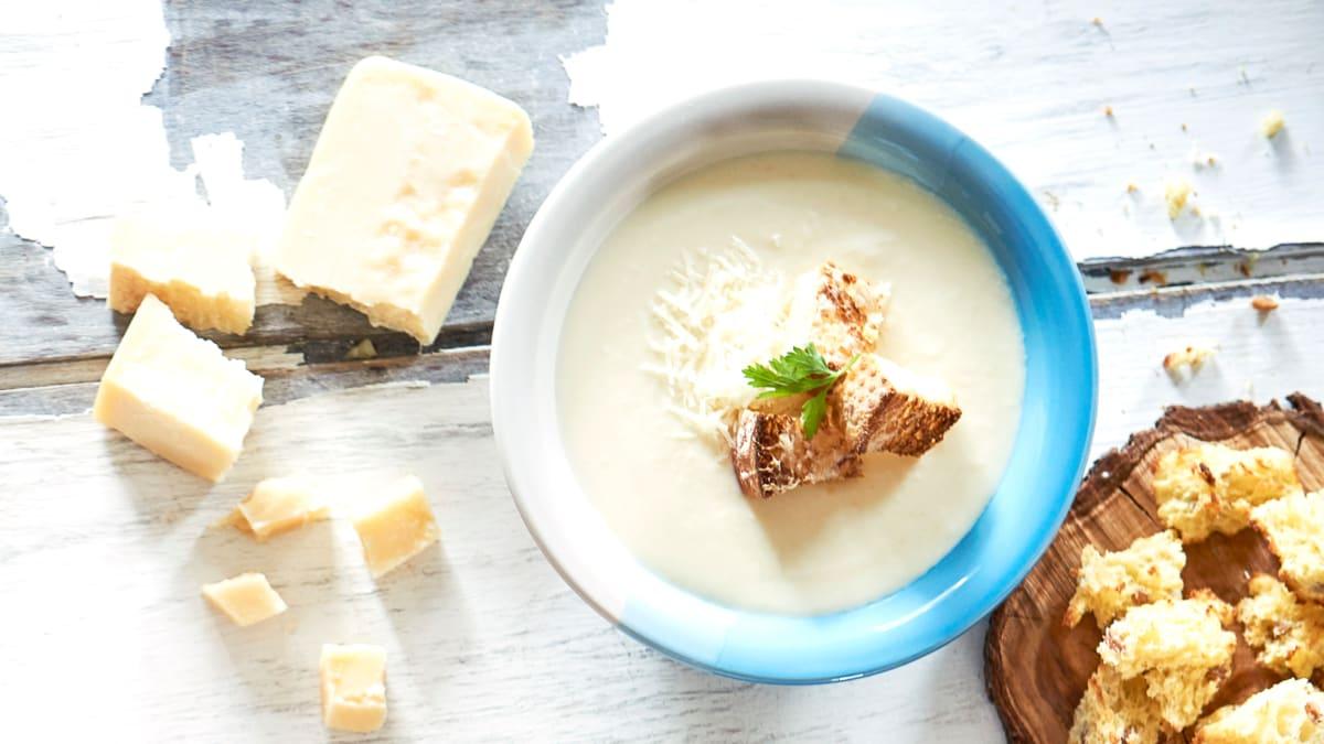 Žiedinių kopūstų ir pastarnokų sriuba su parmezano skrebučiais