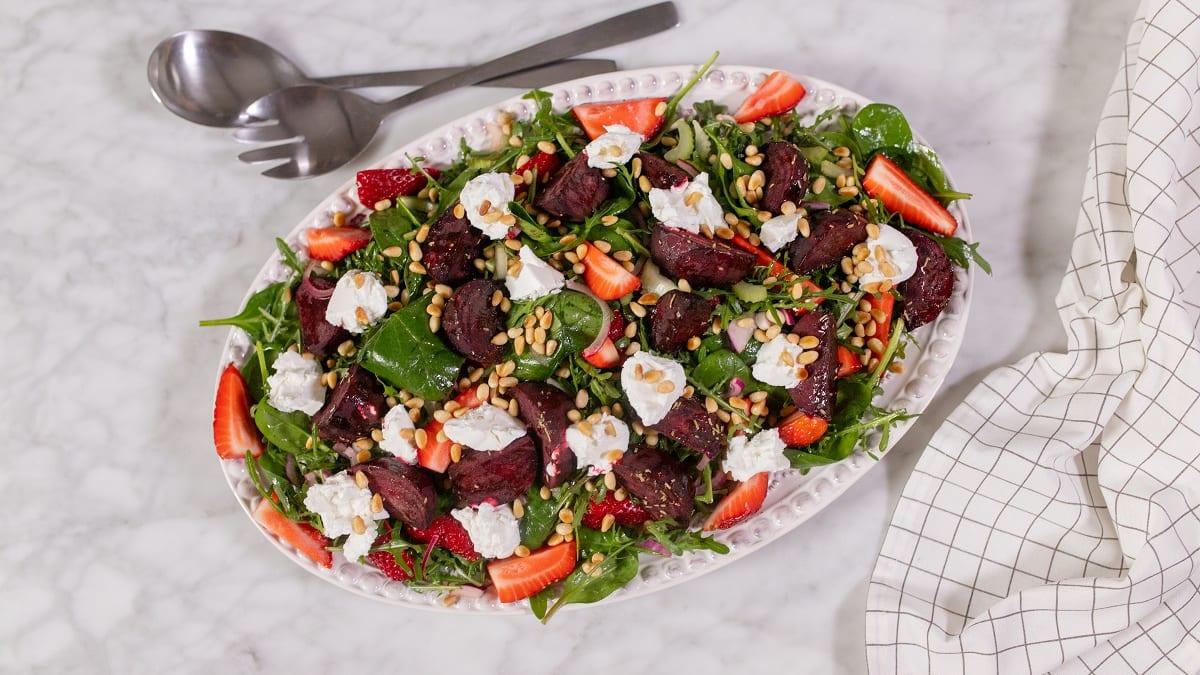 Roheline ahjupeedi ja kitsejuustu salat maasikatega