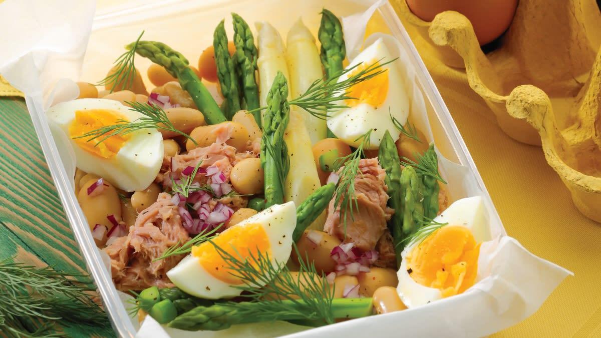 Kiaušinių, šparagų ir tuno salotos su pupelėmis (pietų dėžutėje)