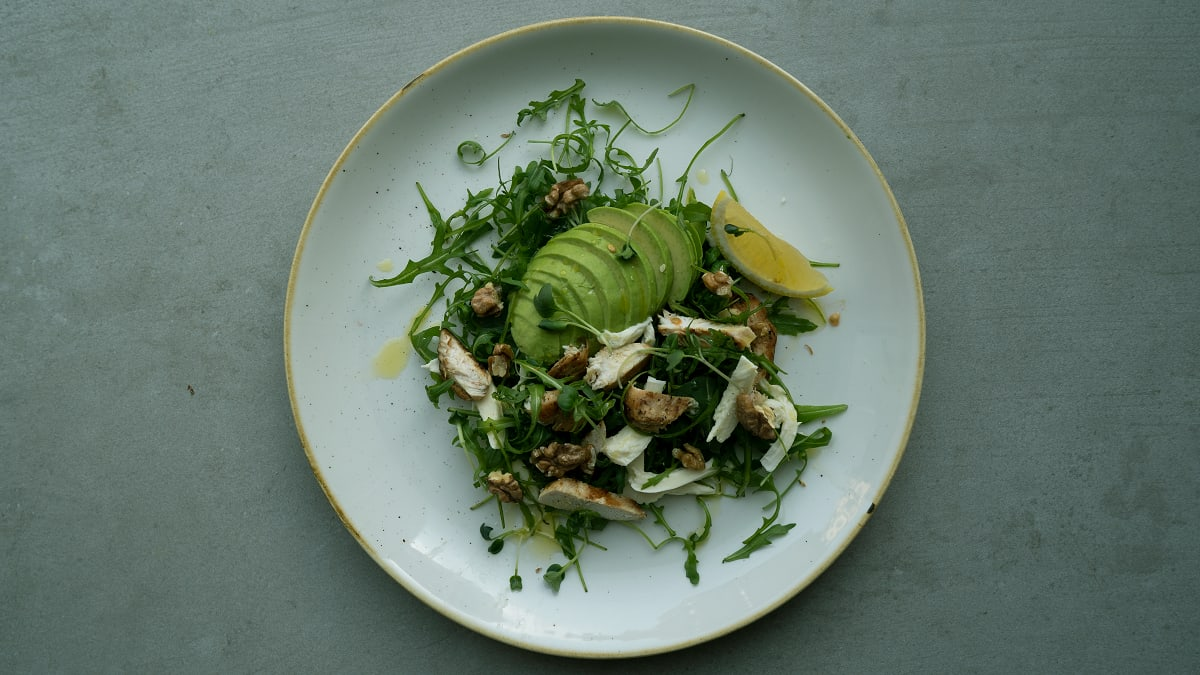 Rukolas-avokado salāti ar vistas fileju