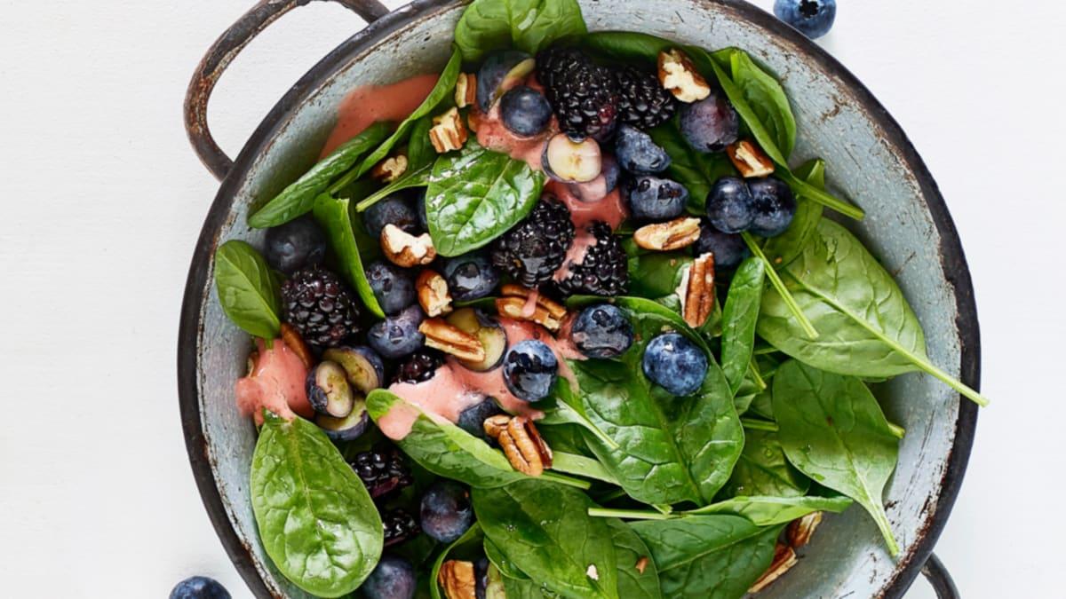 Špinatų salotos su uogomis bei braškių ir imbiero užpilu