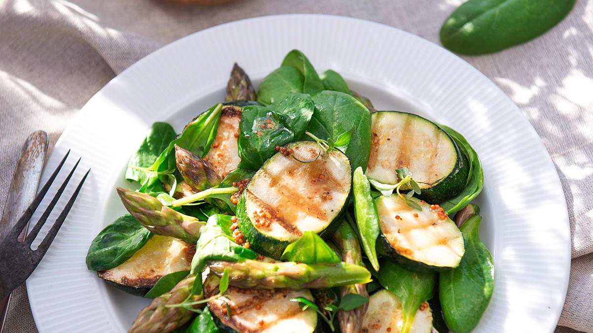 Špinatų salotos su grilyje keptomis cukinijomis ir žaliaisiais smidrais