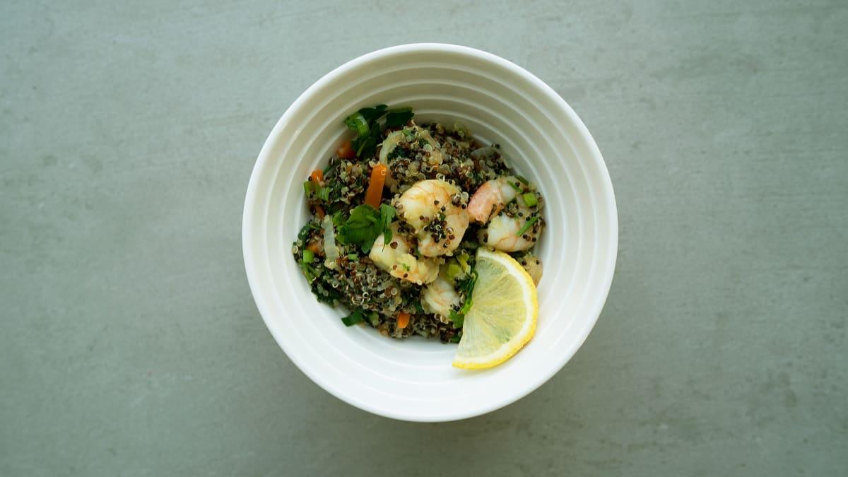 Siltie garneļu un kvinojas salāti