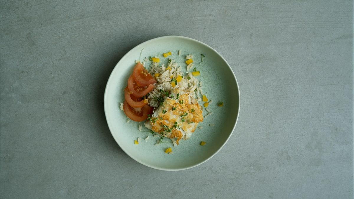 Grilēta menca ar brūnajiem rīsiem un svaigiem salātiem