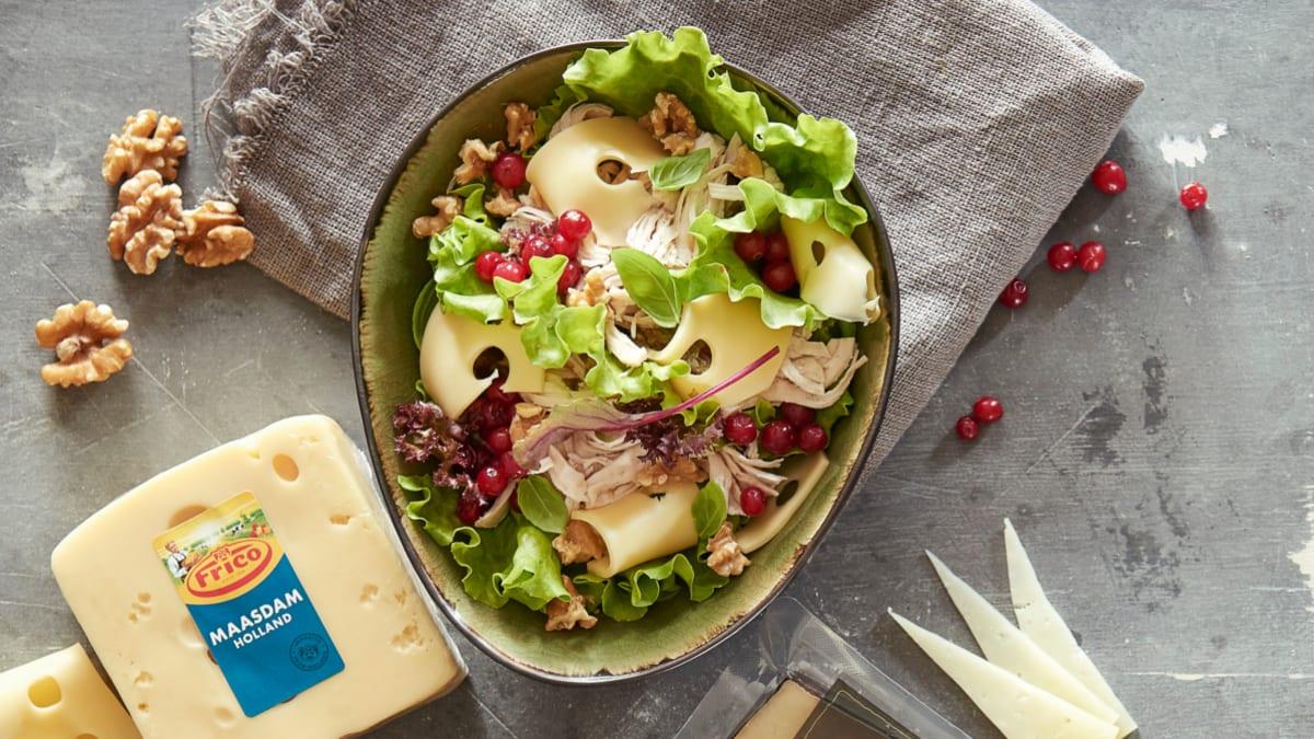 """Šiltos salotos su vištiena, """"Maasdam"""" sūriu ir spanguolėmis"""