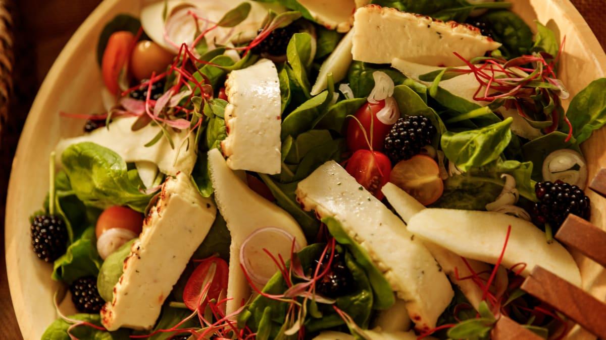 Svaigie salāti ar sieru un bumbieriem