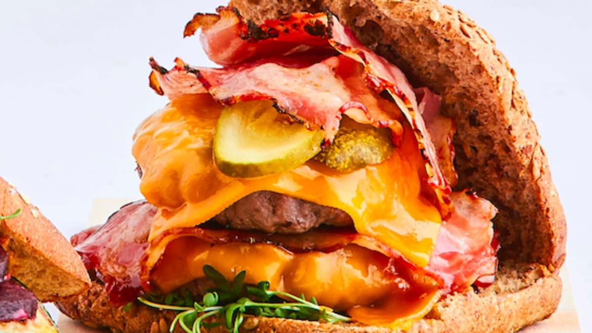 Divkāršais liellopa un bekona burgers