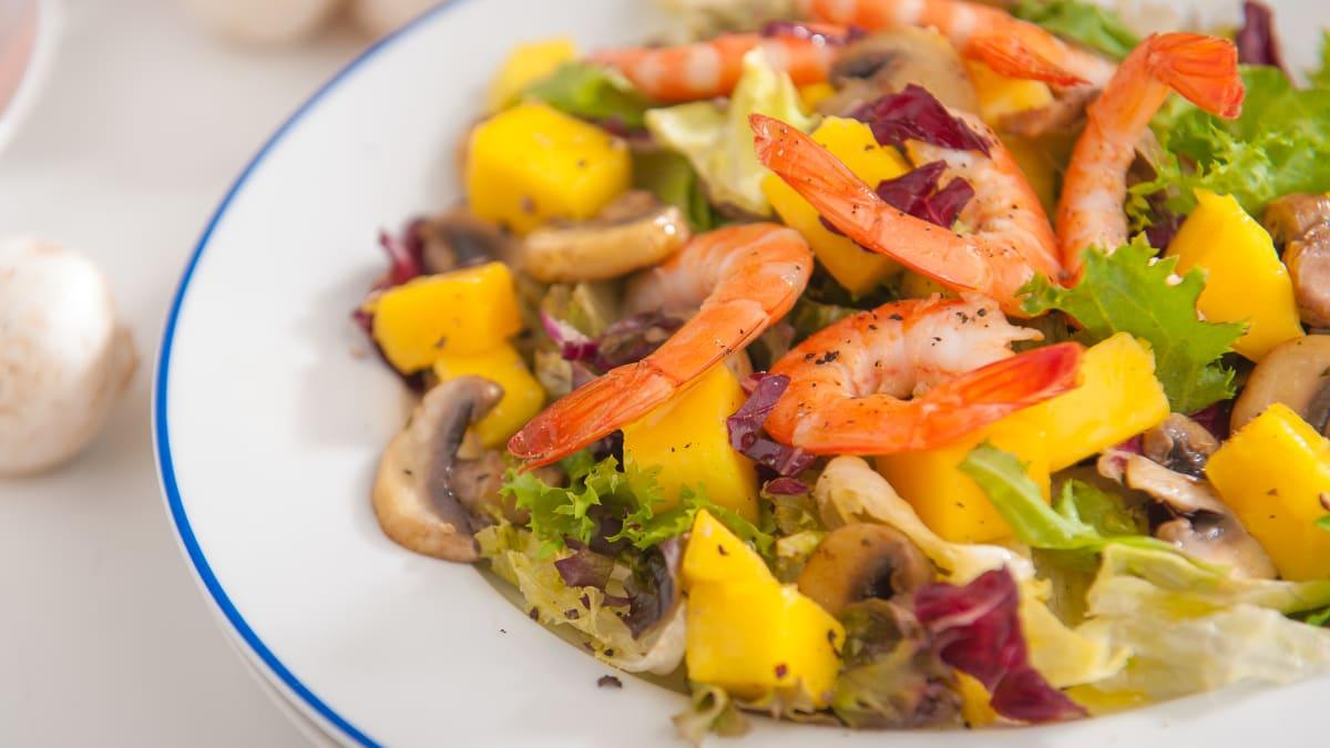 Mango un garneļu salāti
