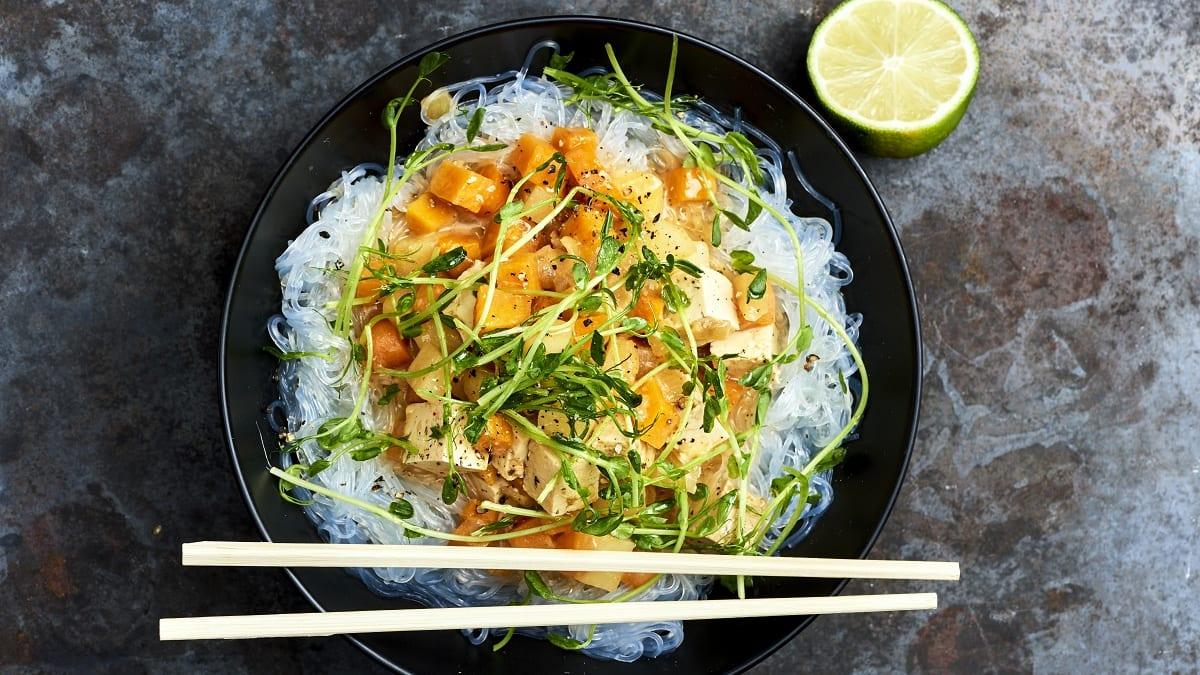 Nuudlid kookospiimas tofu ja laimiga