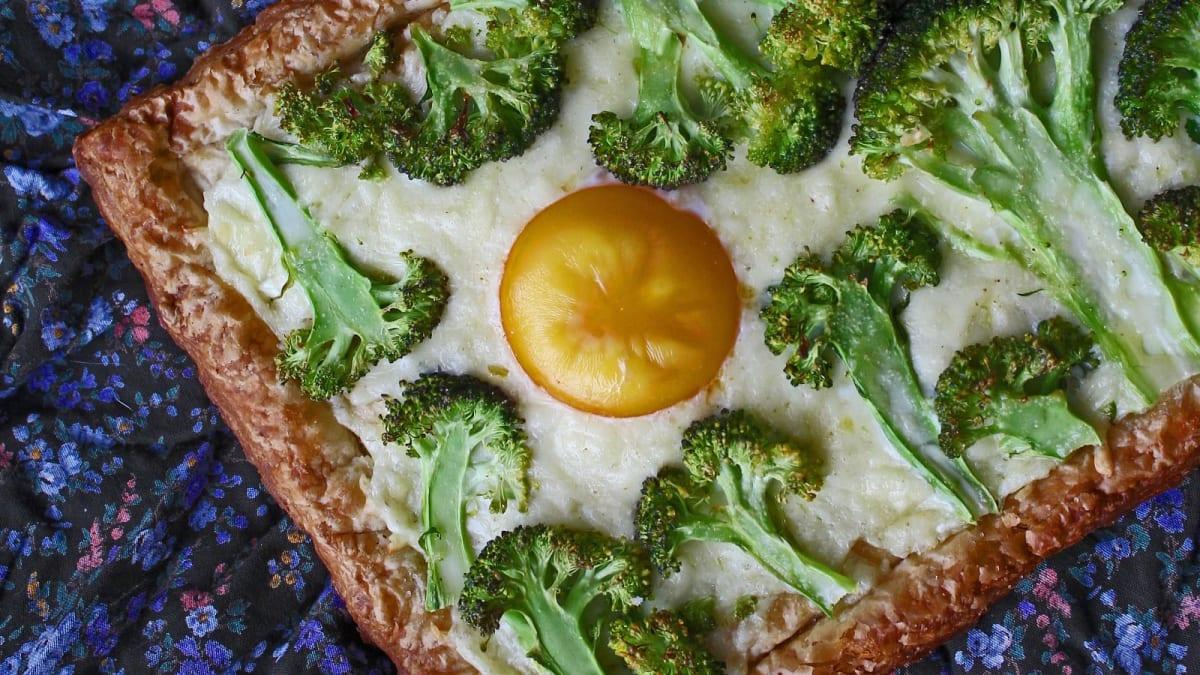 Sluoksniuotos tešlos pyragas su brokoliais