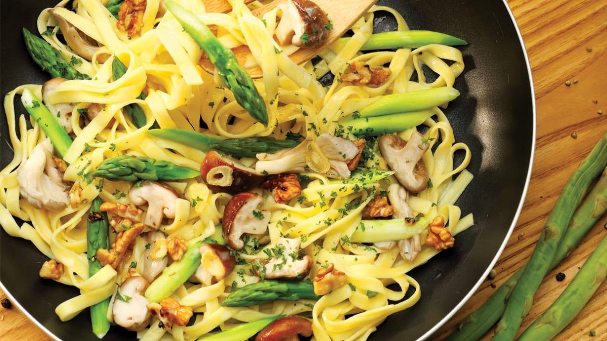Vegetariški kreminiai makaronai be glitimo su šparagais ir riešutais