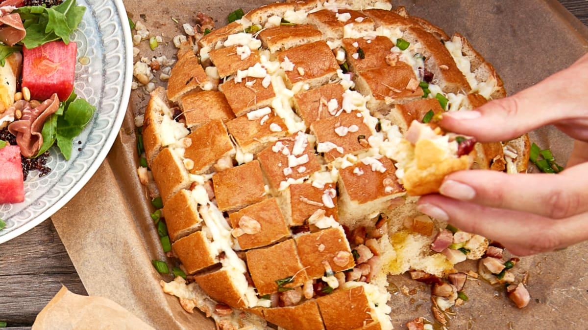 Grilyje keptas duonos kepalas su sūrio lazdelėmis