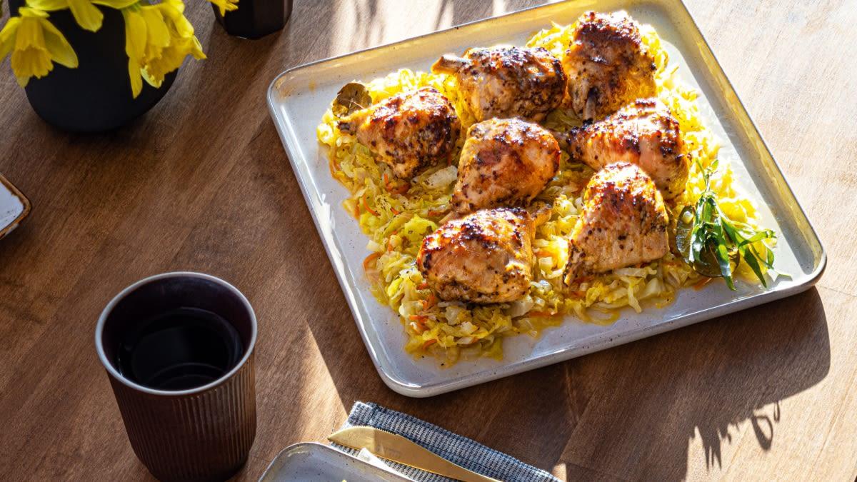 Viščiukų blauzdelės, marinuotos su garstyčiomis, keptos ant šviežių kopūstų