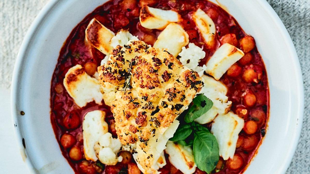 Cepts puķkāposts ar tomātu mērci un sieru Halloumi