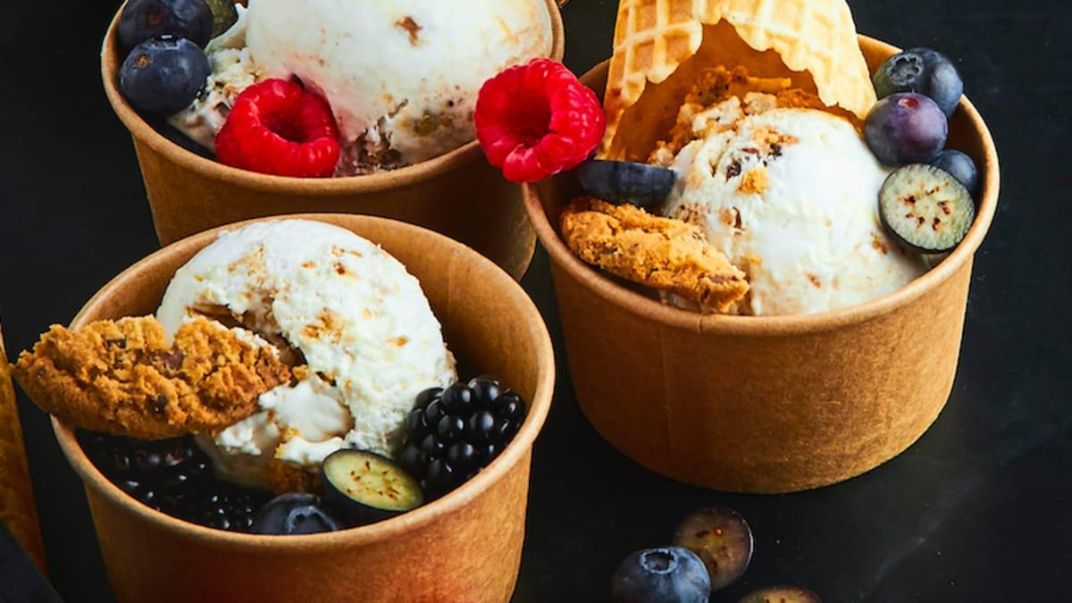 Kokosa saldējums ar cepumu gabaliņiem