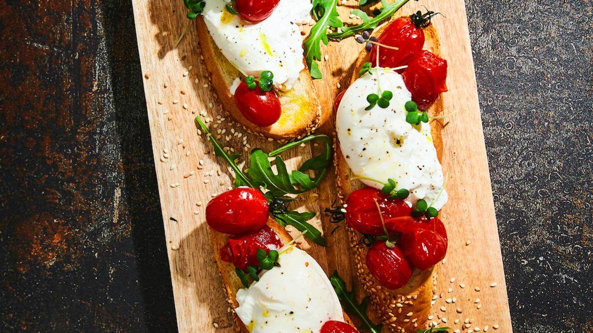 Brusketa ar burrata sieru un tomātiem
