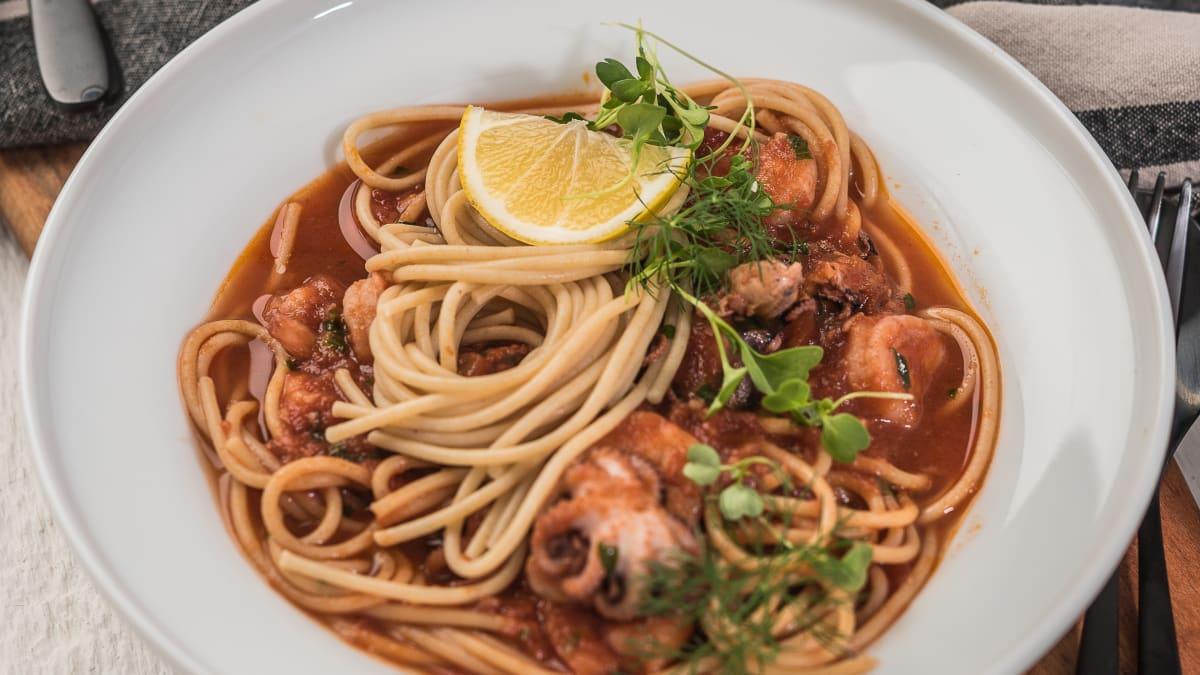 Jūras veltes tomātu mērcē ar pilno graudu spageti