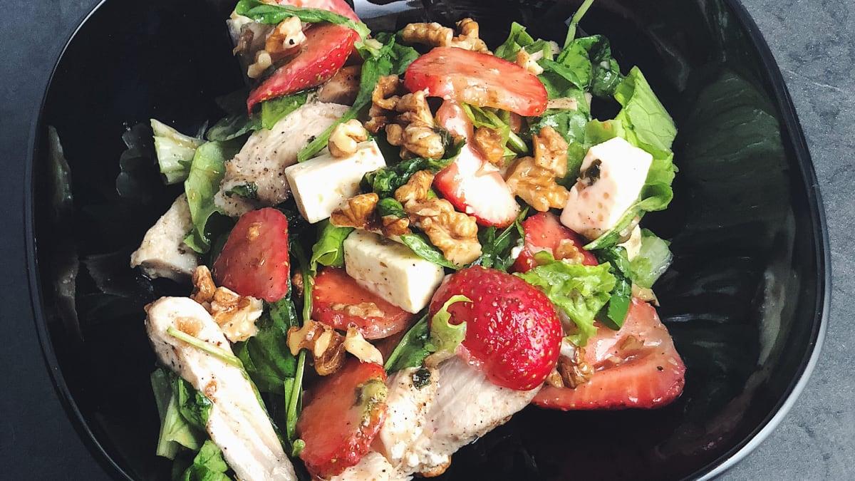 Salāti ar vistu un zemenēm