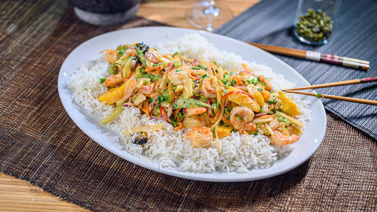 Tīģergarneļu woks ar rīsiem un kokosrieksta mērci