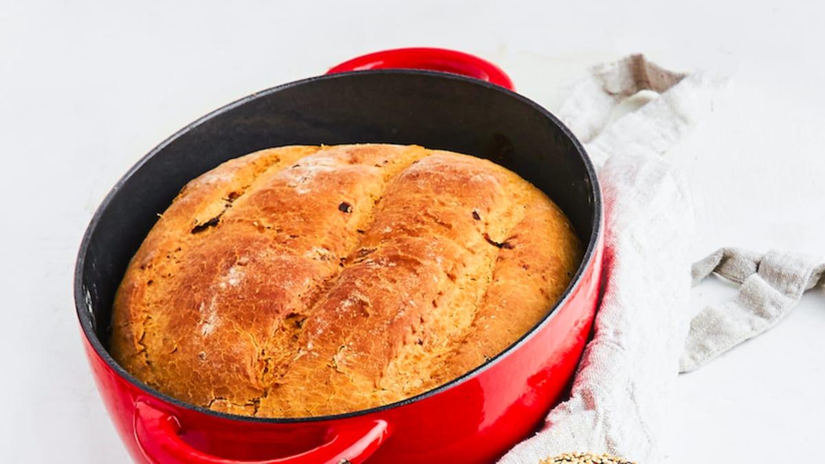 Lauku tipa maize ar kaltētiem tomātiem